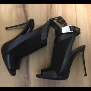 Guess 4 inch leather and mesh shoes.